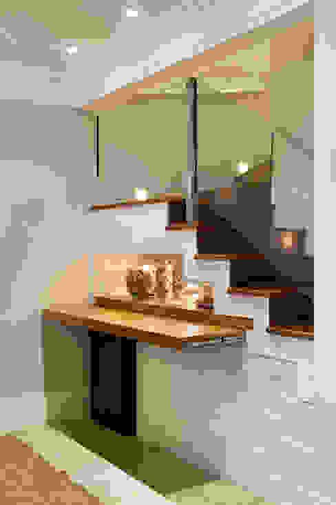 Casa de Tamboré Corredores, halls e escadas modernos por Silvana Lara Nogueira Moderno