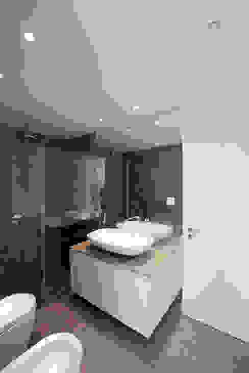 Modern style bathrooms by T O H A ARQUITETOS Modern