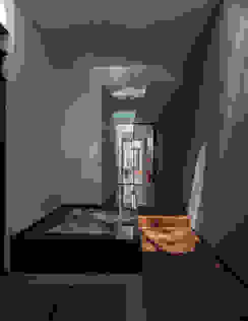 Eclectic style corridor, hallway & stairs by Almazan y Arquitectos Asociados Eclectic Concrete