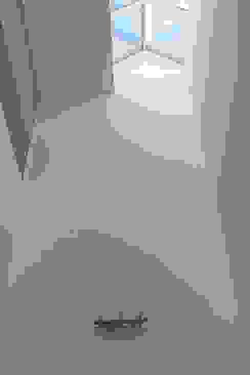 Pasillos y recibidores de estilo  por Prece Arquitectura, Moderno