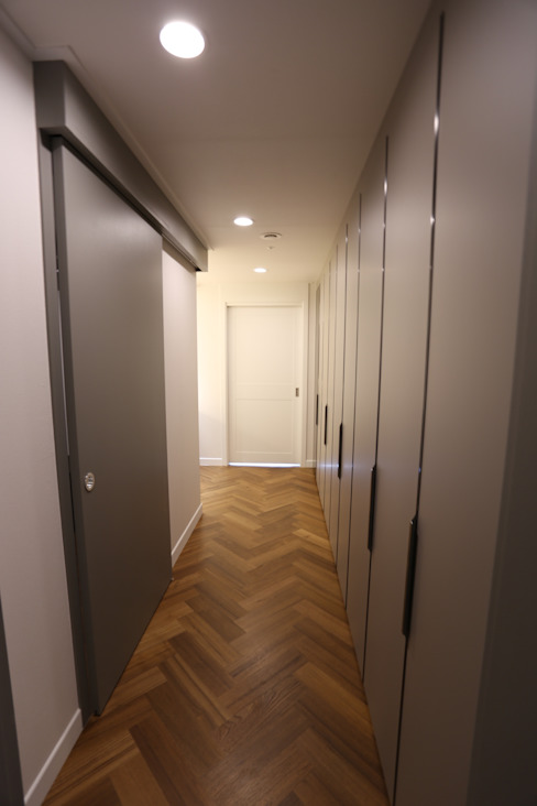 Modern Corridor, Hallway and Staircase by 디자인세븐 Modern