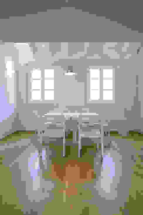 Penthouse in legno Sala da pranzo moderna di PAZdesign Moderno