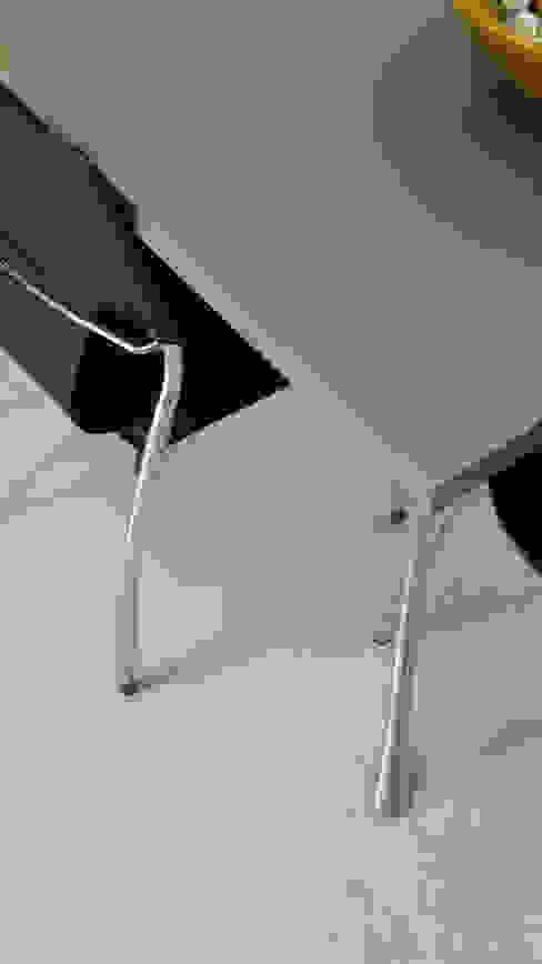 pavimenti e rivestimenti in resina spatolata grigia e scrivania Pareti & Pavimenti in stile moderno di Pavimento Moderno Moderno Cemento