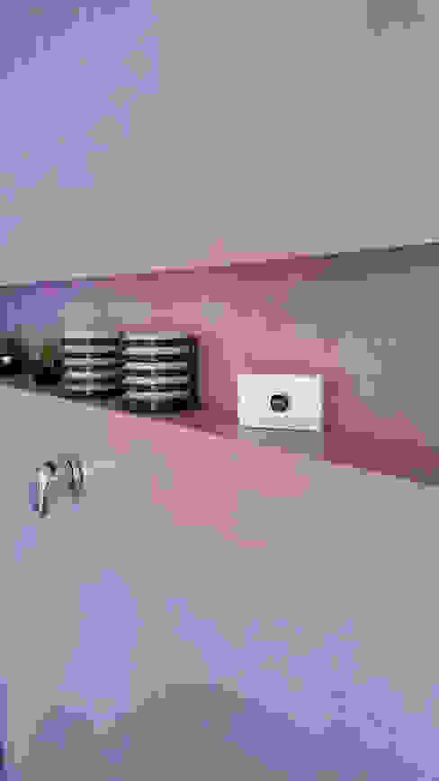 Rivestimento pareti bagno in resina colorata senza fughe Bagno moderno di Pavimento Moderno Moderno