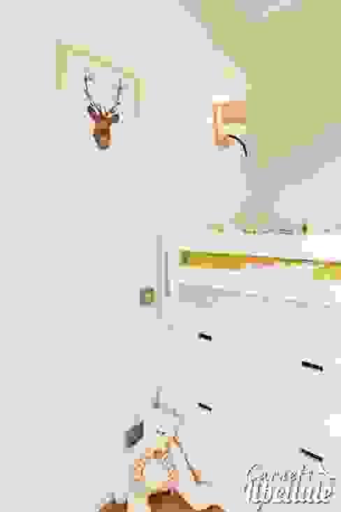 Lit d'enfant avec rangements Chambre d'enfant moderne par Carnets Libellule Moderne