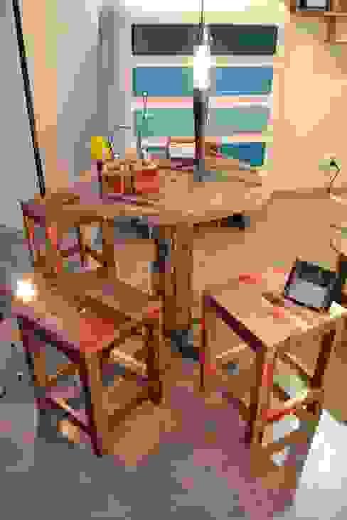 Table haute et tabourets par Paul H - Artéfacts Moderne Bois Effet bois