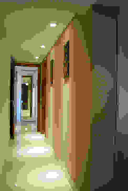 Couloir, entrée, escaliers originaux par Diseñadora Lucia Casanova Éclectique