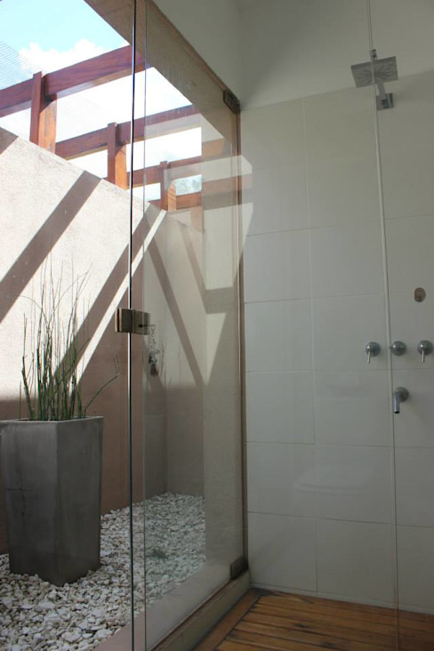 現代浴室設計點子、靈感&圖片 根據 Tondo Arquitectura 現代風