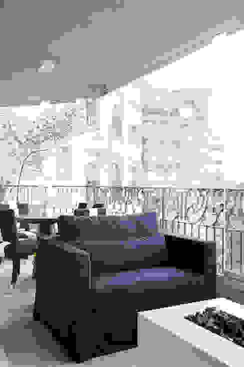 Балкон и терраса в стиле модерн от Studio 011 Arquitetura Модерн