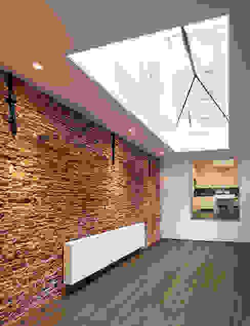 woonkamer, de drie decoratieve muurankers vormen een constructief onderdeel voor het buurpand! Mediterrane woonkamers van Architectenbureau Vroom Mediterraan