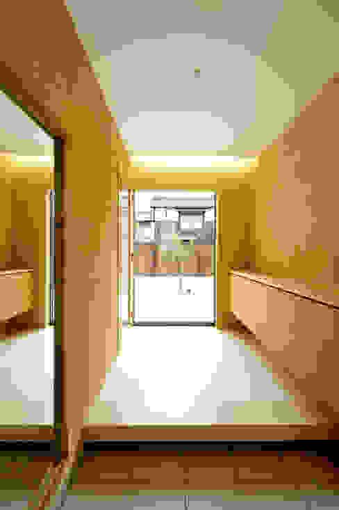 アウトリビングのある家: 青木建築設計事務所が手掛けた廊下 & 玄関です。,モダン