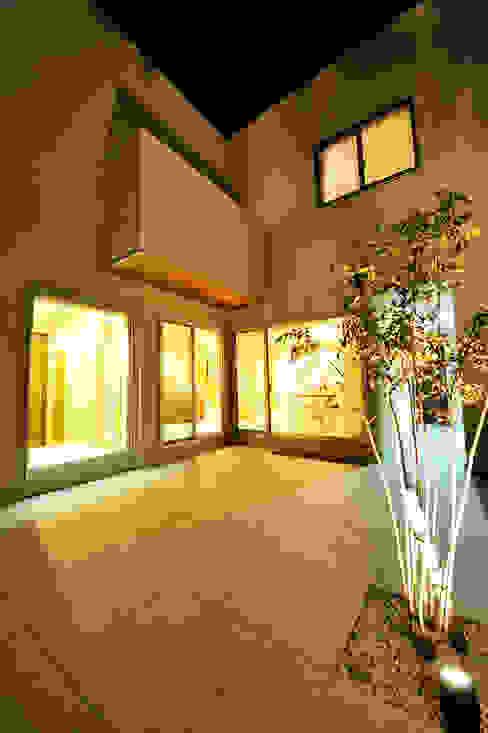 アウトリビングのある家: 青木建築設計事務所が手掛けた庭です。,モダン