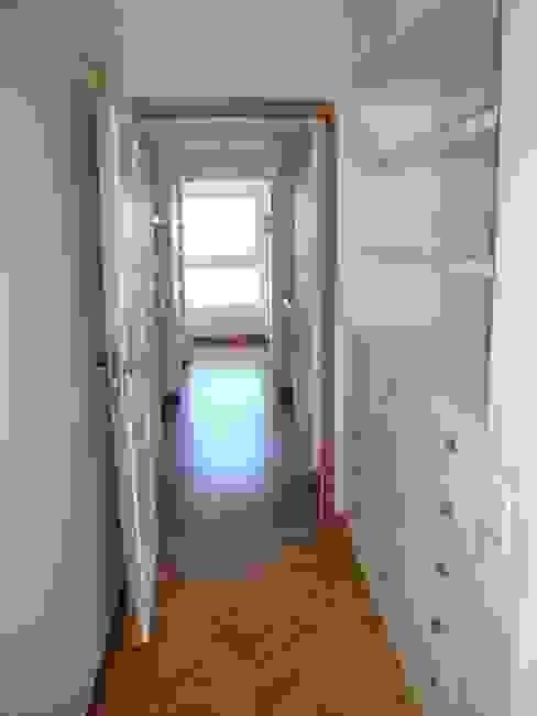 Circulación con espacio de guardado Hargain Oneto Arquitectas Pasillos, vestíbulos y escaleras modernos Madera Blanco