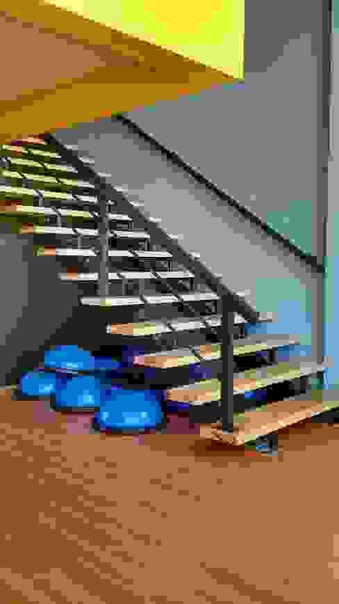 Modern corridor, hallway & stairs by Bau-Art Taller de Arquitectura Modern Wood Wood effect