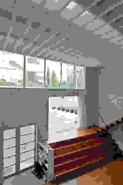 Living room by 株式会社長野聖二建築設計處