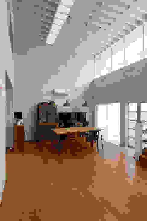 ห้องโถงทางเดินและบันไดสมัยใหม่ โดย 株式会社長野聖二建築設計處 โมเดิร์น