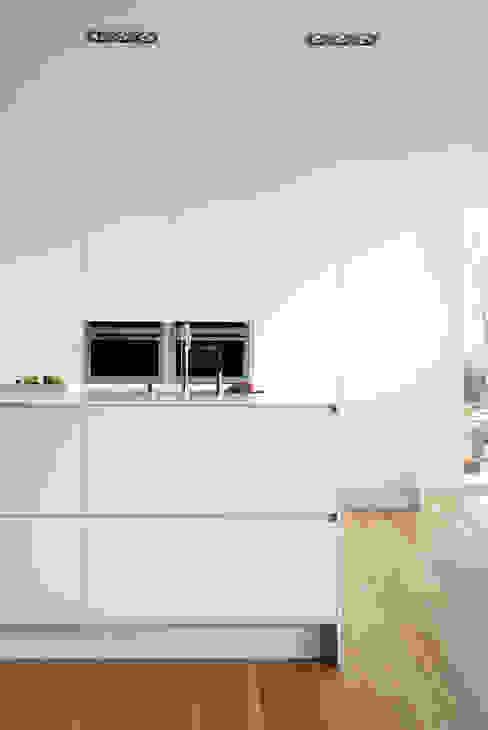 SERIE 45 Blanco Polar_Isla Cocinas de estilo moderno de VIVESPACIO Moderno
