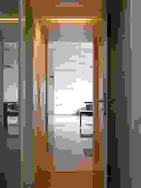 Passage Minimalist corridor, hallway & stairs by The White Room Minimalist