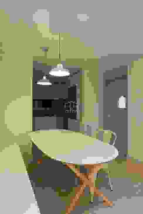 내추럴한 분위기의 34py 아파트 인테리어 : 홍예디자인의  다이닝 룸,북유럽