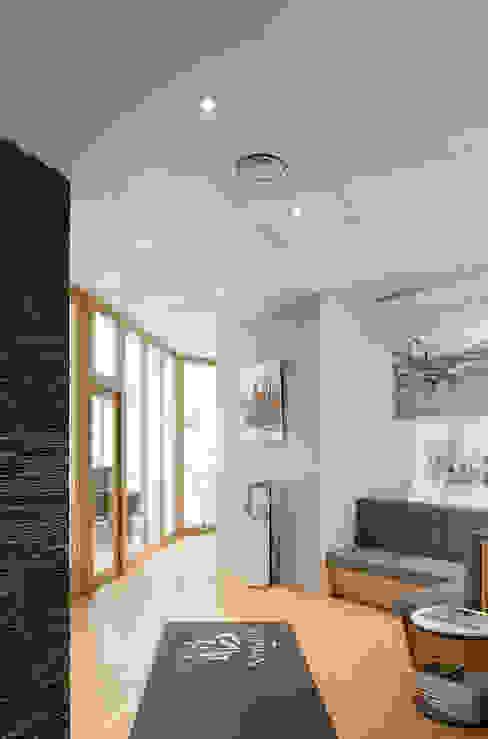 Couloir menant à la salle d'attente de l'étude notariale Couloir, entrée, escaliers modernes par réHome Moderne