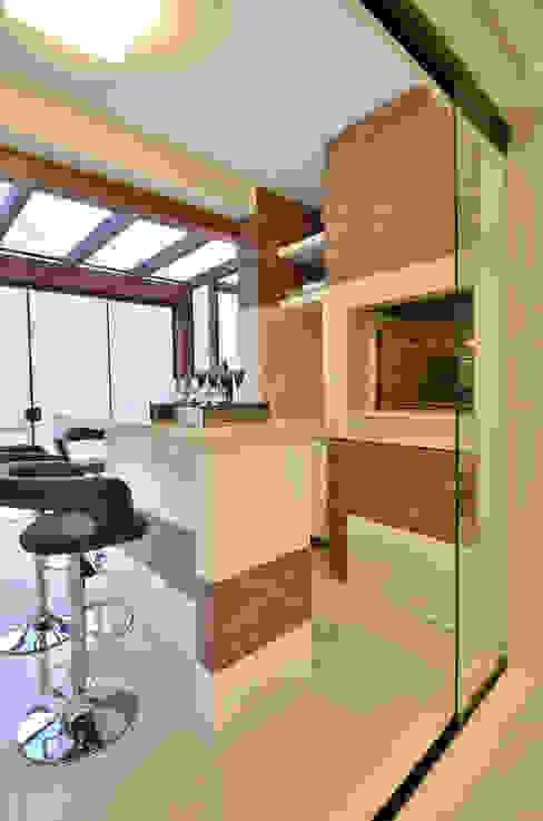 Cocinas de estilo moderno de Graça Brenner Arquitetura e Interiores Moderno Cerámico