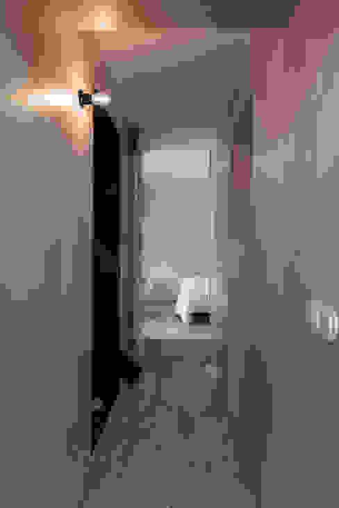 House in Bica do Sapato by ARRIBA Corredores, halls e escadas minimalistas por Ricardo Oliveira Alves Photography Minimalista
