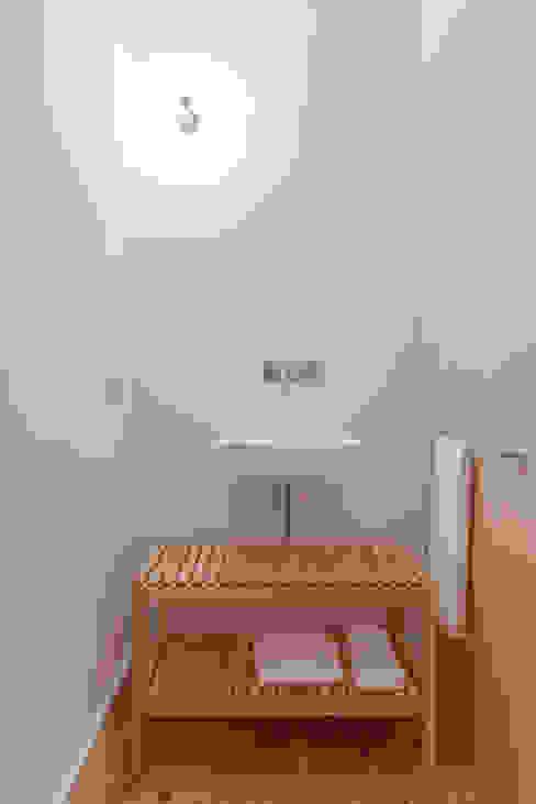 House in Bica do Sapato by ARRIBA Casas de banho minimalistas por Ricardo Oliveira Alves Photography Minimalista