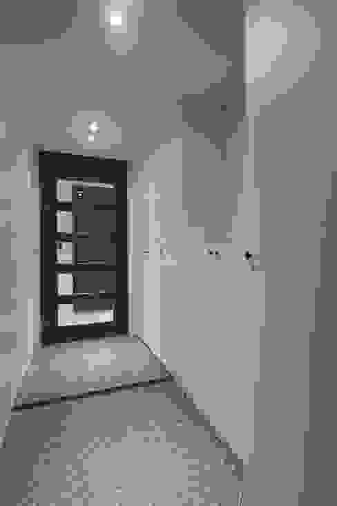 공간 활용도 높은 32py 모던 아파트인테리어: 홍예디자인의  복도 & 현관,모던