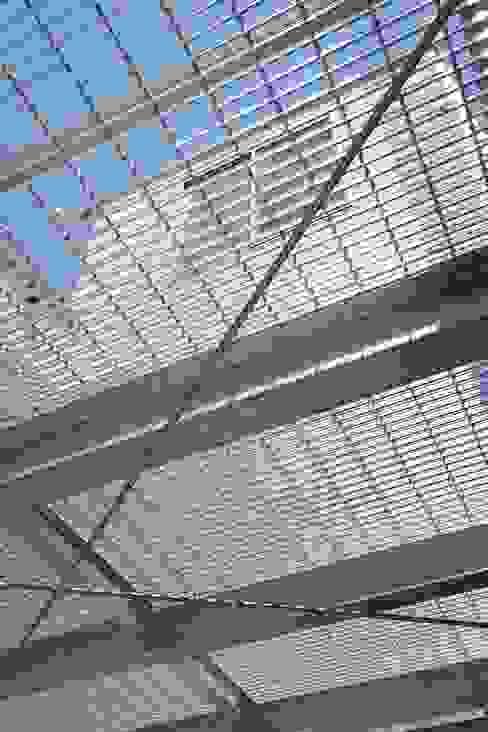 Garage/shed by 仲摩邦彦建築設計事務所 / Nakama Kunihiko Architects, Modern Iron/Steel