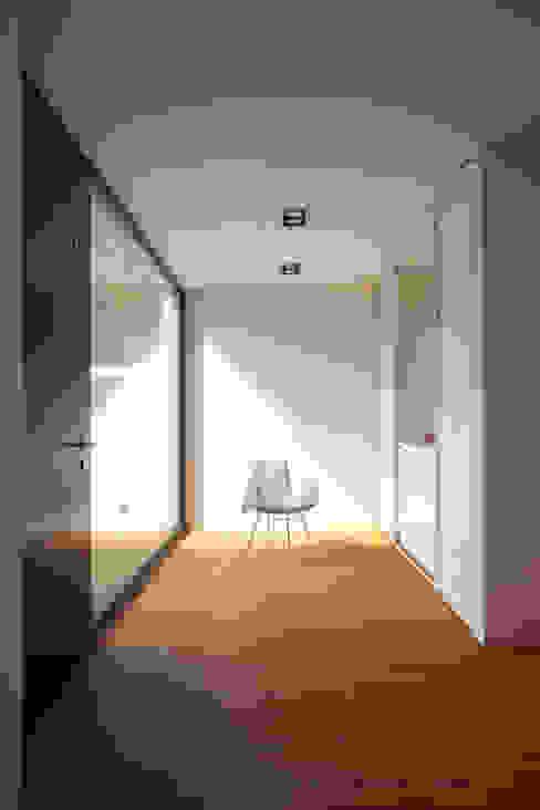Nowoczesny korytarz, przedpokój i schody od Schiller Architektur BDA Nowoczesny