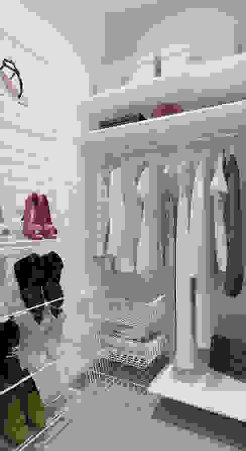 Minimalist dressing room by mlynchyk interiors Minimalist
