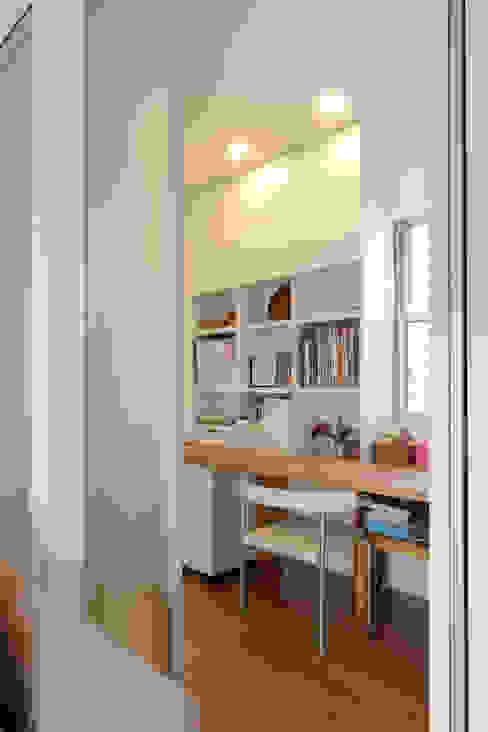 Salas multimedia de estilo moderno de シーズ・アーキスタディオ建築設計室 Moderno