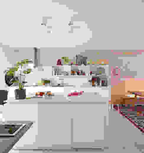 Küche mit Holzwand Moderne Küchen von Burkhard Heß Interiordesign Modern