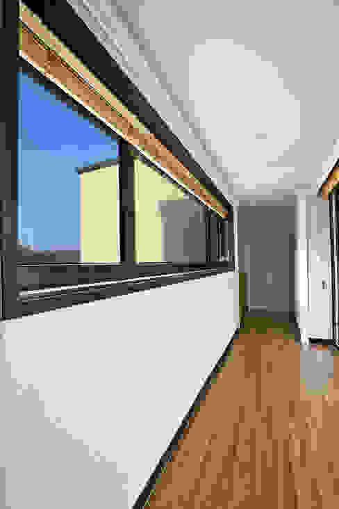Moderner Flur, Diele & Treppenhaus von 한글주택(주) Modern