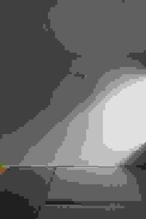 壁は塗装ではなくクロス貼り 株式会社エキップ ミニマルスタイルの 寝室