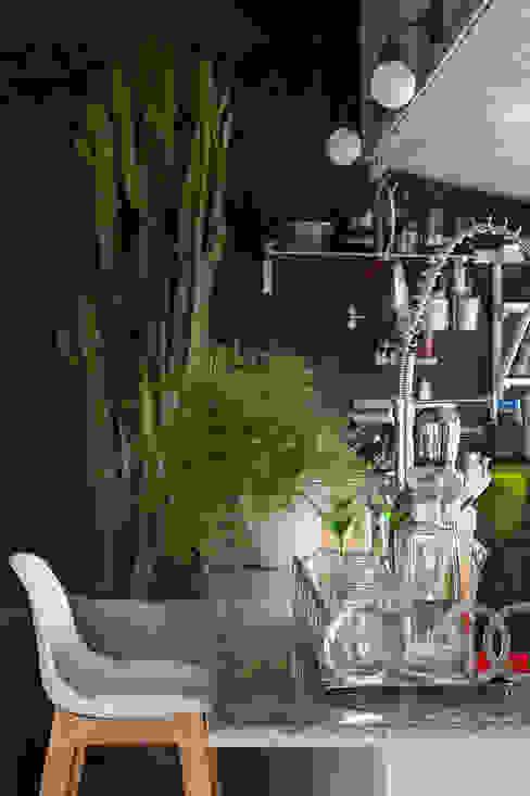 Kitchen by Eliane Mesquita Arquitetura, Modern Stone