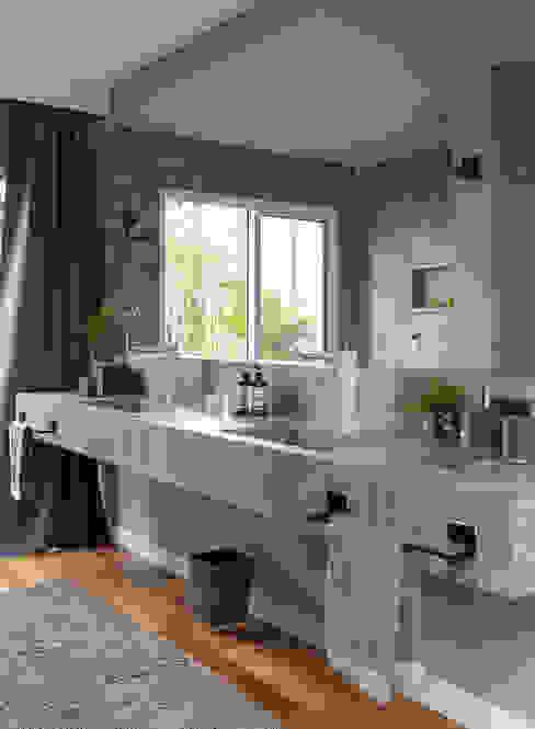 COBERTURA JOAQUIM ANTUNES : Banheiros  por Eliane Mesquita Arquitetura