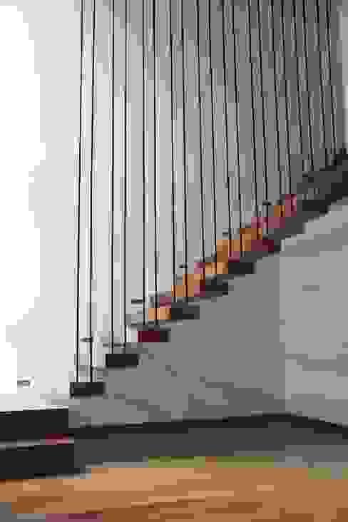 DI - Escalera en incienzo Pasillos, vestíbulos y escaleras modernos de Estudio .m Moderno Madera Acabado en madera