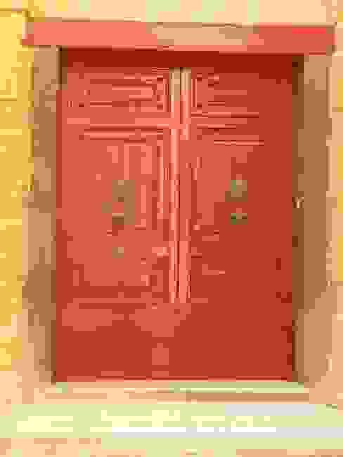 Rote Tür Klassische Häuser von Gartenchef Klassisch Holz Holznachbildung