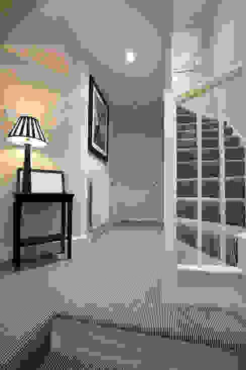 Gentleman's Bedroom: Landing Ingresso, Corridoio & Scale in stile coloniale di Lothian Design Coloniale
