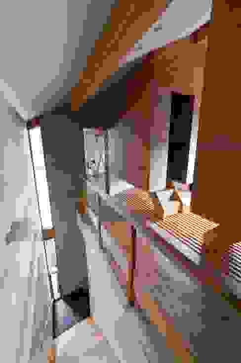 สไตล์ผสมผสาน ทางเดินห้องโถงและบันได โดย アトリエ・ブリコラージュ一級建築士事務所 ผสมผสาน ไม้ Wood effect