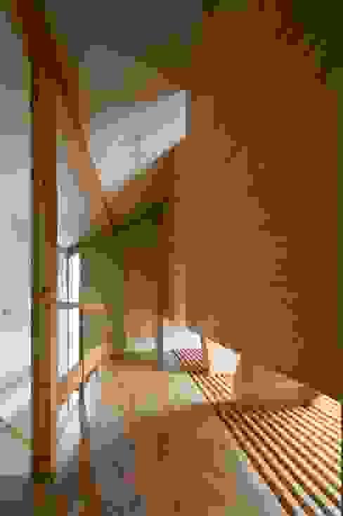 Couloir, entrée, escaliers originaux par アトリエ・ブリコラージュ一級建築士事務所 Éclectique Bois Effet bois