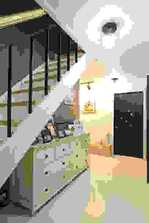 Pasillos, vestíbulos y escaleras de estilo moderno de 한글주택(주) Moderno