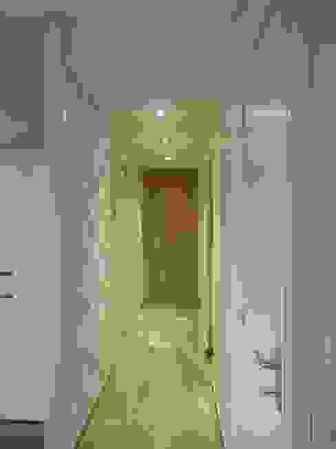L'Armoire aux Patines Nowoczesny korytarz, przedpokój i schody Beżowy