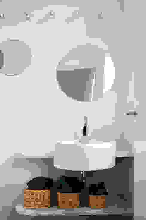 Modern bathroom by disegnoinopera Modern