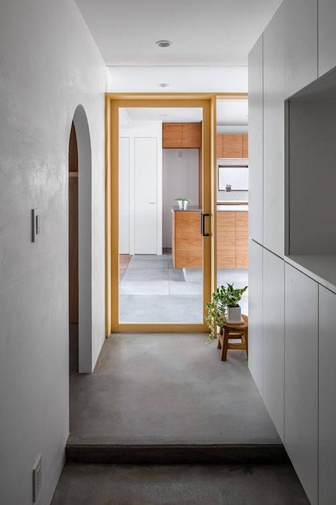 Modern corridor, hallway & stairs by 内田雄介設計室 Modern