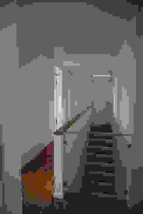 Einfamilienhaus in Steinbach lauth : van holst architekten Moderner Flur, Diele & Treppenhaus
