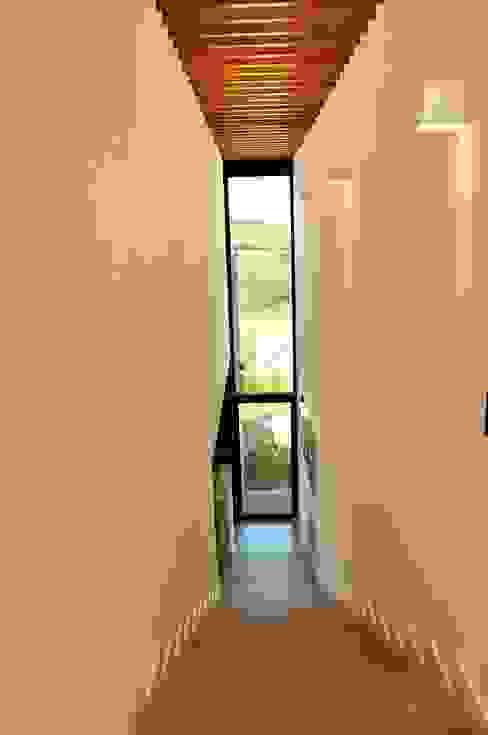 CASA UM QUINTA DO GOLFE STUDIO LUIZ VENEZIANO Corredores, halls e escadas modernos