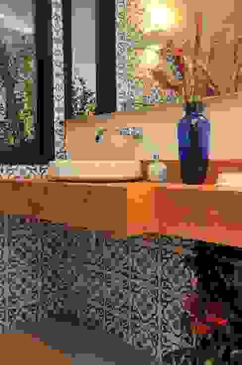 CASA UM QUINTA DO GOLFE STUDIO LUIZ VENEZIANO Banheiros modernos