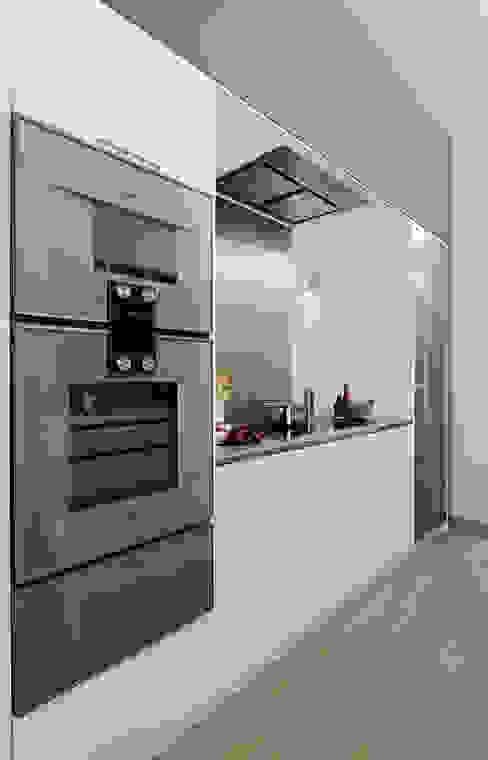 KITCHENS: The Ebury Cocinas de estilo moderno de Cue & Co of London Moderno